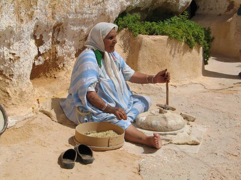 femme arabe en train de rouler le couscous de maniere traditionnelle
